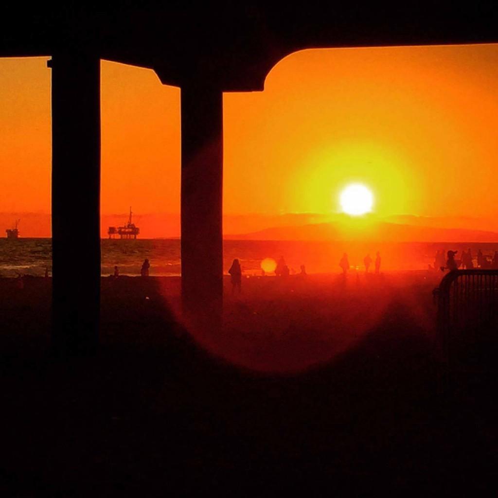 海に沈む夕日。キレイですね。